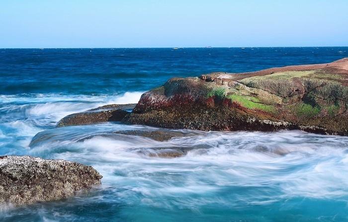 Mũi Dinh sóng vỗ nhẹ nhàng vào tảng đá kỳ lạ