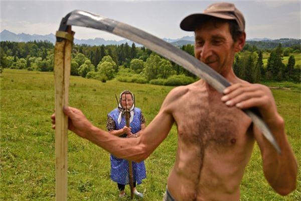 Hình ảnh hai người nông dân ở Ba Lan của Bartlomiej Jurecki - Ảnh đoạt giải khuyến khích /hạng mục Chân dung du lịch.