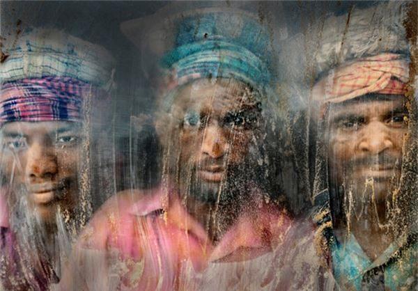 Bức ảnh đoạt giải nhì của tác giả Faisal Azim miêu tả gương mặt của ba người thợ ở Chittagong, Bangladesh.