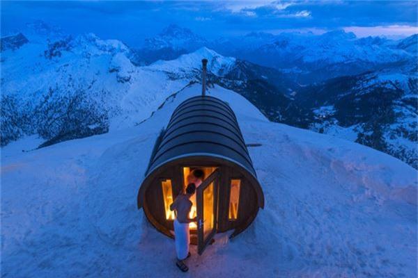 Phòng tắm xông hơi trên núi Dolomites. Monte Lagazuoi, Cortina, Italy -  Ảnh đoạt giải khuyến khích của Stefano Zardini/hạng mục Ngoại cảnh.