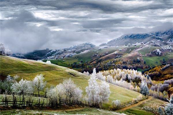 Khung cảnh làn sương trắng ở làng Pestera tại Romania - Ảnh đoạt giải khuyến khích của Eduard Gutescu/hạng mục Ngoại cảnh.