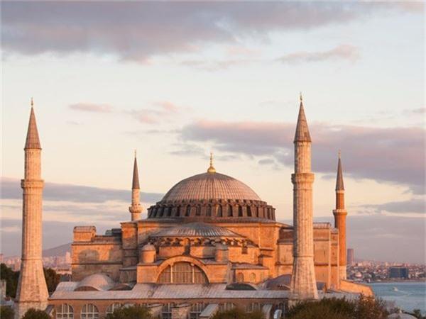 <strong>10. Aya Sofya, Thổ Nhĩ Kỳ: </strong>Đây vừa là một vương cung thánh đường, vừa là một thánh đường Hồi giáo và cũng là một bảo tàng ở thủ đô Istanbul, Thổ Nhĩ Kỳ. Công trình được xây dựng khoảng 1.500 năm trước đây theo lệnh của hoàng đế Byzantine Justinian I, với yêu cầu nó phải là hiện thân của thiên đường trên mặt đất và làm lu mờ vẻ đẹp của các kỳ quan ở thành Rome.
