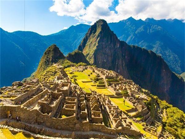 """<strong>3. Machu Picchu, Peru: </strong>Machu Picchu bao gồm hơn 150 công trình kiến trúc với những bức tường đá không dùng vữa, chỉ có những phiến đá đặt khít vào nhau đầy bí ẩn. Được biết đến với tên gọi """"Thành phố mất tích của người Inca"""", Machu Picchu được nhà sử học Hiram Bingham phát hiện ngày 24/7/1911 và trở thành một trong những điểm thu hút du lịch nhất vùng Nam Mỹ với 1,2 triệu lượt du khách mỗi năm."""