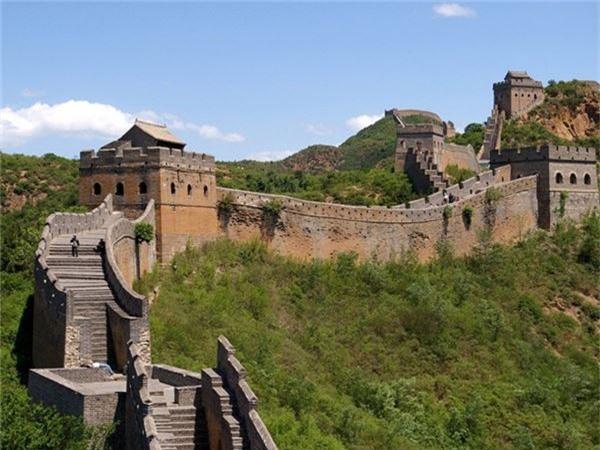 <strong>4. Vạn Lý Trường Thành, Trung Quốc: </strong>Đây là công trình duy nhất ở trái đất có thể nhìn thấy từ mặt trăng. Bức tường dài 8.851 km, được xây dựng bằng đất và đá từ thế kỷ 5 trước Công Nguyên đến thế kỷ 16 để bảo vệ Trung Quốc khỏi những cuộc tấn công của người Hung Nô, Mông Cổ.