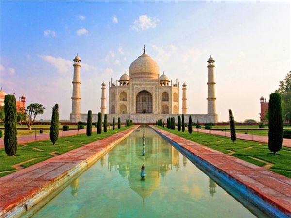 <strong>5. Đền Taj Mahal, Ấn Độ: </strong>Ngôi đền được vua Shah Jahan xây dựng để tưởng nhớ người vợ thứ ba, hoàng hậu Mumtaz Mahal qua đời khi sinh đứa con thứ 14. Đền do khoảng 20.000 người xây dựng trong suốt 22 năm với kinh phí xây dựng lên tới 320 triệu rupee. Đền được làm bằng đá cẩm thạch cùng 28 loại đá quý với kiến trúc kỳ vĩ.