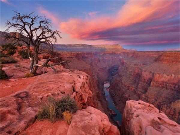 <strong>6. Công viên quốc gia Grand Canyon, Mỹ: </strong>Công viên này có niên đại địa chất 2 tỷ năm với hiện tượng thiên nhiên kỳ thú là hẻm núi Grand Canyon bị sông Colorado cắt, tạo nên một khe núi dài 446 km, sâu 1,6 km.