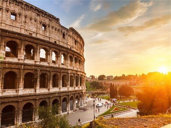 <strong>7. Đấu trường La Mã, Italy: </strong>Đấu trường gồm 50.000 chỗ cho khán giả đến chứng kiến những cuộc thi tài của các võ sĩ giác đấu được xây dựng từ năm 70-72 sau Công Nguyên. Đấu trường từ lâu vẫn được xem là biểu tượng của Đế chế La Mã và là một trong những mẫu kiến trúc La Mã đẹp nhất còn sót lại.