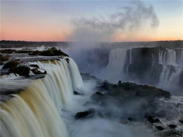 """<strong>8. Thác Iguazú Falls, Brazil: </strong>Dòng thác ngoạn mục này nằm trên biên giới của hai nước Brazil và Argentina. Thác cao và rộng hơn so với thác Niagara, với hai tầng gồm 275 thác nước lớn nhỏ đổ xuống với dạng móng ngựa. Tên thác được người bản địa Guarani gọi là Iguazú có nghĩa là """"nước lớn""""."""