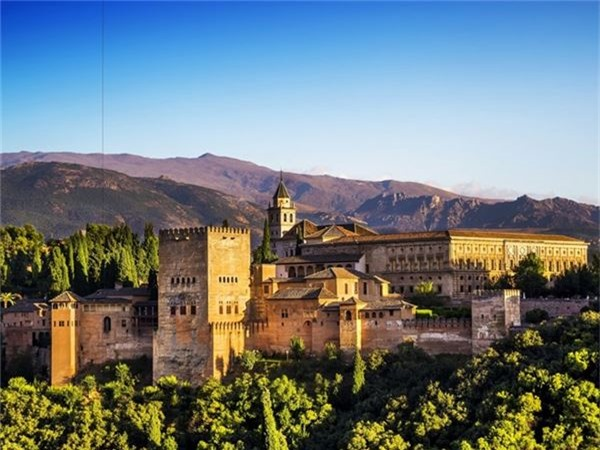 <strong>9. Cung điện Alhambra, Tây Ban Nha: </strong>Cung điện do người Moor đến từ Tây Bắc châu Phi từng cai trị Tây Ban Nha thời trung cổ xây dựng theo phong cách kiến trúc Narsid, với mái vòm dát ngà voi và ngọc quý cùng các bức tượng có những hình vẽ trừu tượng thể hiện đậm nét văn hóa Hồi giáo. Cung điện Alhambra tọa lạc trên ngọn đồi Sabîka với chiều dài 720 m và chiều rộng 220 m.