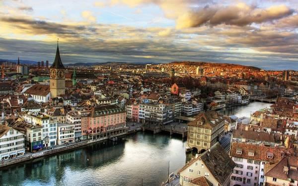 9. Zurich, Thụy Sĩ Thành phố sở hữu những khu phố cổ thuộc hàng đẹp nhất châu Âu, bao quanh nó là những ngọn đồi, hồ nước và phía xa là dãy Alps huyền thoại. Vẻ yên bình, cổ kính cùng những hàng quán nhỏ xinh và bề dày lịch sử, văn hóa ở nơi đây đã giúp Zurich từ lâu trở thành một trong những điểm đến hút khách nhất thế giới. Đồng hạng với Zurich là Hensinki, thủ đô xinh đẹp của Phần Lan.