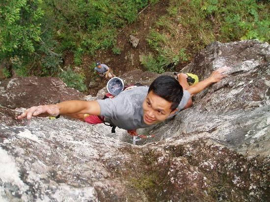 Leo núi mạo hiểm là môn thể thao trong đó từng người hoặc từng đôi trèo xuống, sau khi đã được thắt đai leo núi, đeo dây bảo hiểm và móc an toàn bám vách đá . Để tăng tính an toàn, trên đỉnh và dưới chân núi luôn có các huấn luyện viên theo dõi để đưa ra những lời hướng dẫn cho từng trường hợp. Ảnh: Anhnguyen/Dalatnews.