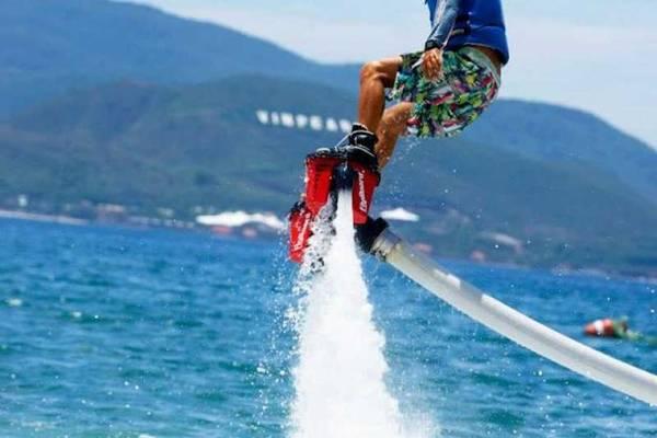Flyboard có định nghĩa chính xác là một dụng cụ bay cá nhân, được thiết kế bởi Franky Zapata. Thiết bị này dùng một động cơ phản lực hút nước mạnh và đẩy ra với áp suất cực cao, tạo một lực nâng người sử dụng lên không trung từ 6-9 m. Ảnh: Hellonhatrang.