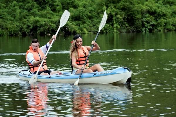 Chèo thuyền kayak vượt suối đòi hỏi cao về lòng can đảm, sự bình tĩnh, khả năng xử lý tình huống của người chơi. Giá thuê 100.000-200.000 đồng một giờ, tùy loại thuyền 1-2 hay 3 chỗ. Ảnh: KDLmadagui.