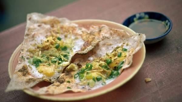 <strong>Bánh tráng kẹp: </strong>Có thể nói đây là một món ăn không thể không biết đến trong thực đơn ẩm thực đường phố của các bạn trẻ ở Đà Nẵng. Những nguyên liệu không kém phần hấp dẫn được thêm vào như bánh tráng kẹp trứng cút, kẹp pa tê, kẹp mực…; cùng hai loại cơ bản là khô và ướt (hay còn gọi là trải và cuốn). Bánh tráng kẹp có giá khoảng 10.000 đồng/đĩa.