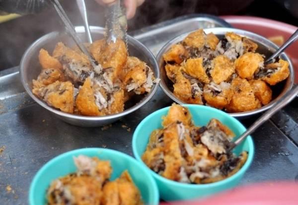 <strong>Bánh rán: </strong>Bánh rán ở Hà Nội có hai loại mặn và ngọt. Bánh mặn có nhân thịt, miến, mọc nhĩ...chấm nước chấm chua ngọt. Bánh mặn nhân đậu xanh, vỏ bọc đường hoặc bọc mật. Bánh rán mặn hay ngọt đều có giá dưới 5.000 đồng. Bánh rán mặn thường bán ở các quán vỉa hè cố định còn với bánh ngọt, bạn có thể mua ở nhiều xe bán rong khắp thành phố.
