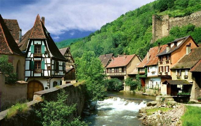 Kaysersberg là một làng ở Pháp, nổi tiếng về sản xuất rượu vang và từng được Walt Disney chọn làm hình mẫu cho bộ phim hoạt hình Người đẹp và quái thú.