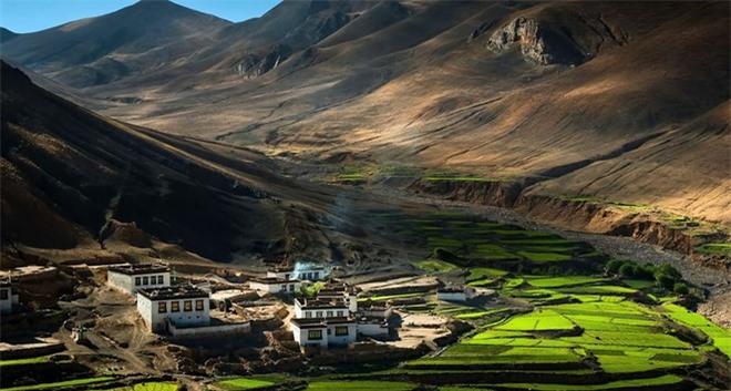 Làng quê yên bình nép mình giữa hai ngọn núi của dãy Himalaya, Tây Tạng.