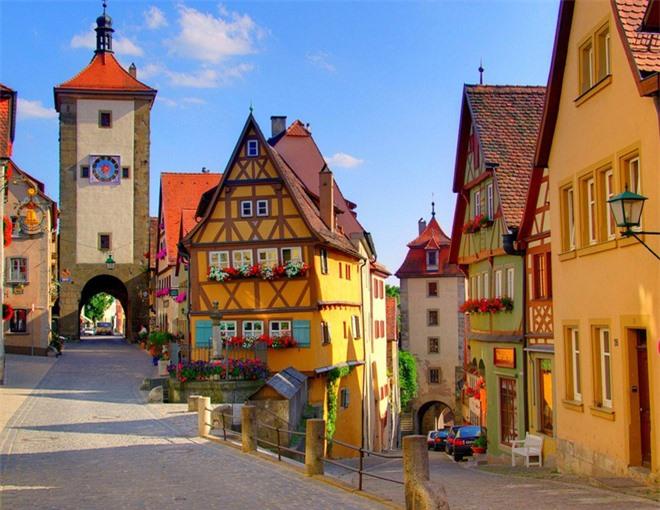 Đây không phải là một công viên giải trí màu sắc đâu nhé, mà là một ngôi làng của Đức ở vùng Rotenberg với các đường phố chính đường xây từ thời trung cổ và được người dân bảo quản rất tốt qua thời gian.