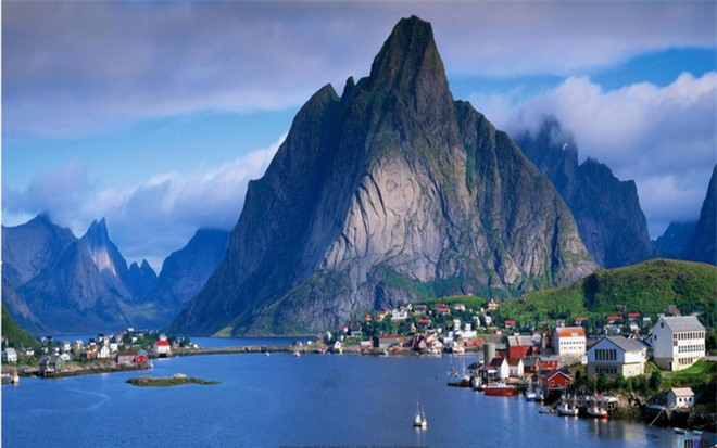Có rất nhiều lý do khiến Gudvangen là điểm đến phổ biến cho du khách đến Na Uy. Ngôi làng này ngoài danh lam thắng cảnh tuyệt đẹp thì còn có các hoạt động thú vị khác như chèo thuyền kayak quanh hồ hay lang thang quanh vùng quê.