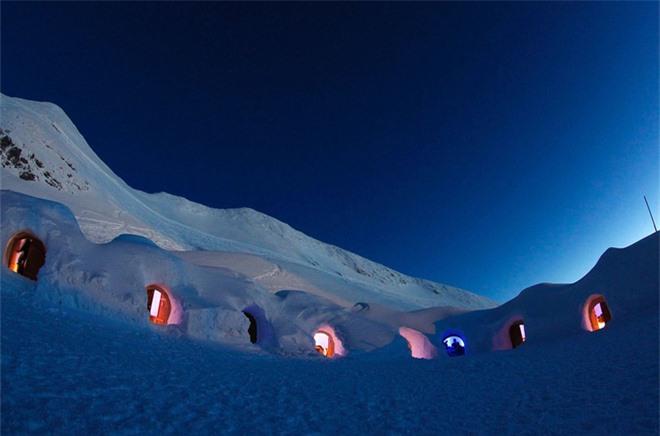 Ngôi làng có các khu lều làm bằng băng tuyết này nằm trên núi Zugsoitze - ngọn núi cao nhất ở Đức. Đây là điểm du lịch nổi tiếng cho du khách thích trải nghiệm đi bộ đường dài hoặc leo núi mạo hiểm.
