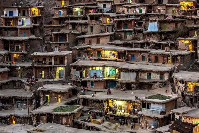 Ngôi làng nằm trên lưng chừng núi của Iran được xây bằng cách sử dụng mái của nhà tầng dưới để làm dân cho nhà tầng trên.