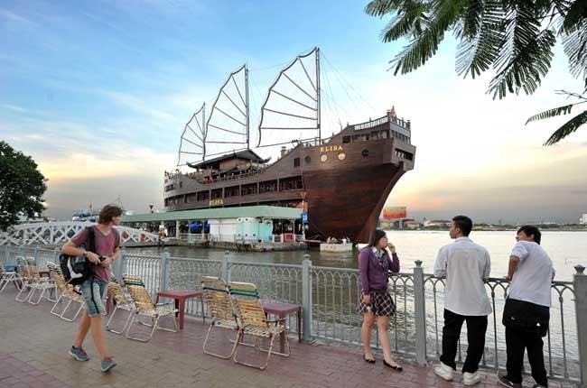 Thưởng thức một bữa ăn dọc sông Sài Gòn và ngắm nhìn thành phố về đêm sẽ khiến bạn nhớ mãi.