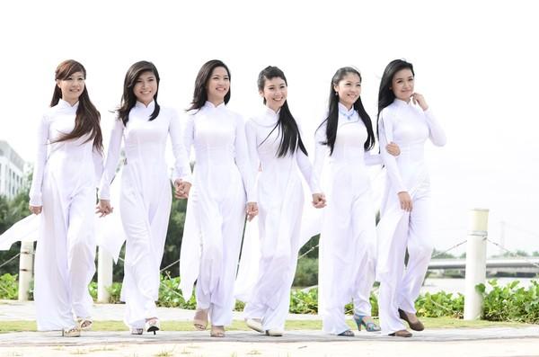 Du lịch Sài Gòn - Nữ sinh Việt luôn tạo được ấn tượng đặc biệt trong tà áo dài.