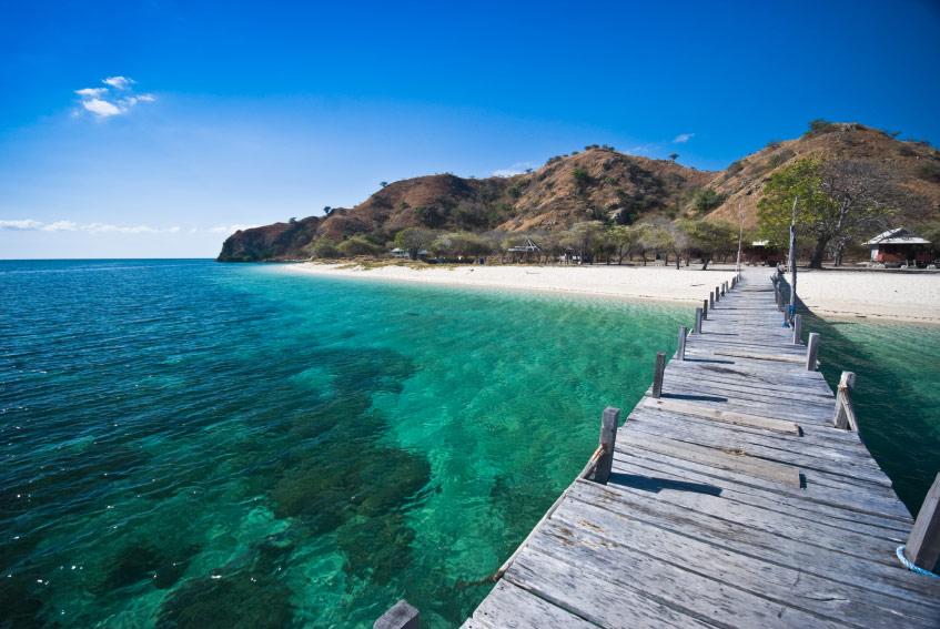 Biển Flores với màu xanh đẹp mắt và là địa điểm tuyệt vời để lặn