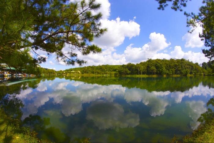 Hồ nước Đambri tựa như một gương lớn - Ảnh: Quang Tang