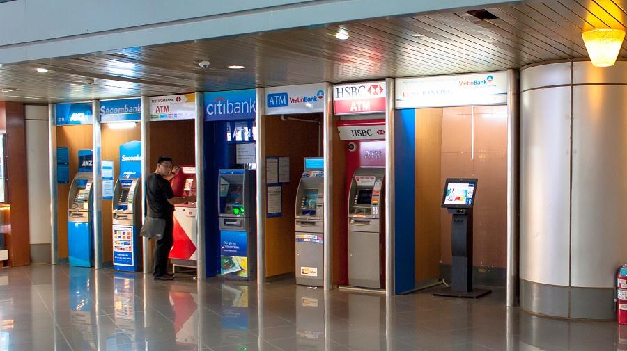 Ở sân bay luôn có rất nhiều cây ATM cho khách du lịch