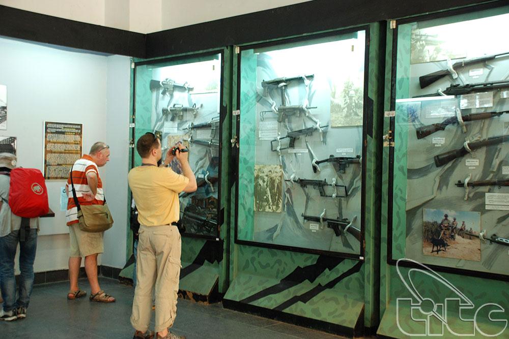 Du khách ghé thăm bảo tàng Chứng tích chiến tranh
