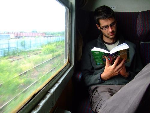 Không nên đọc sách khi đi tàu xe
