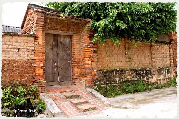 Những ngôi nhà ở Làng cổ Đường Lâm được xây bằng đá ong