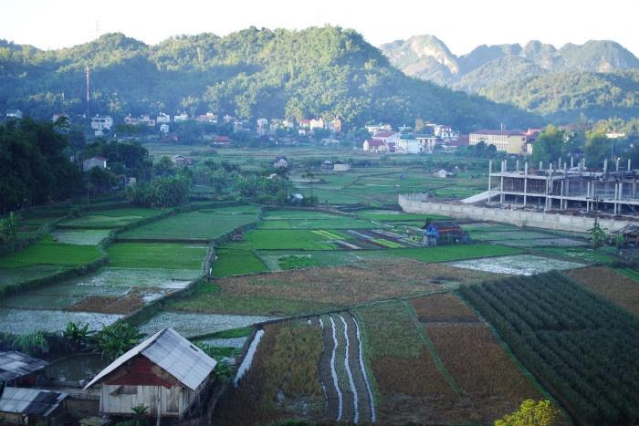 Sơn La là tỉnh có diện tích cũng như dân số lớn nhất ở khu vực Tây Bắc. Huyện Mộc Châu cũng là địa danh du lịch nổi tiếng của tỉnh với nhiều điểm đến hấp dẫn như rừng thông bản Áng, thác Dải Yếm, đồi chè trái tim, nông trường bò sữa, đỉnh Pha Luông...