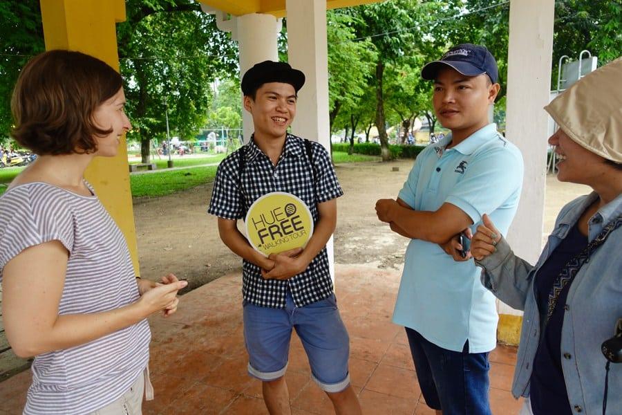 Những bạn trẻ muốn được giao tiếp với người nước ngoài sẽ tổ chức một tour đi bộ tự do