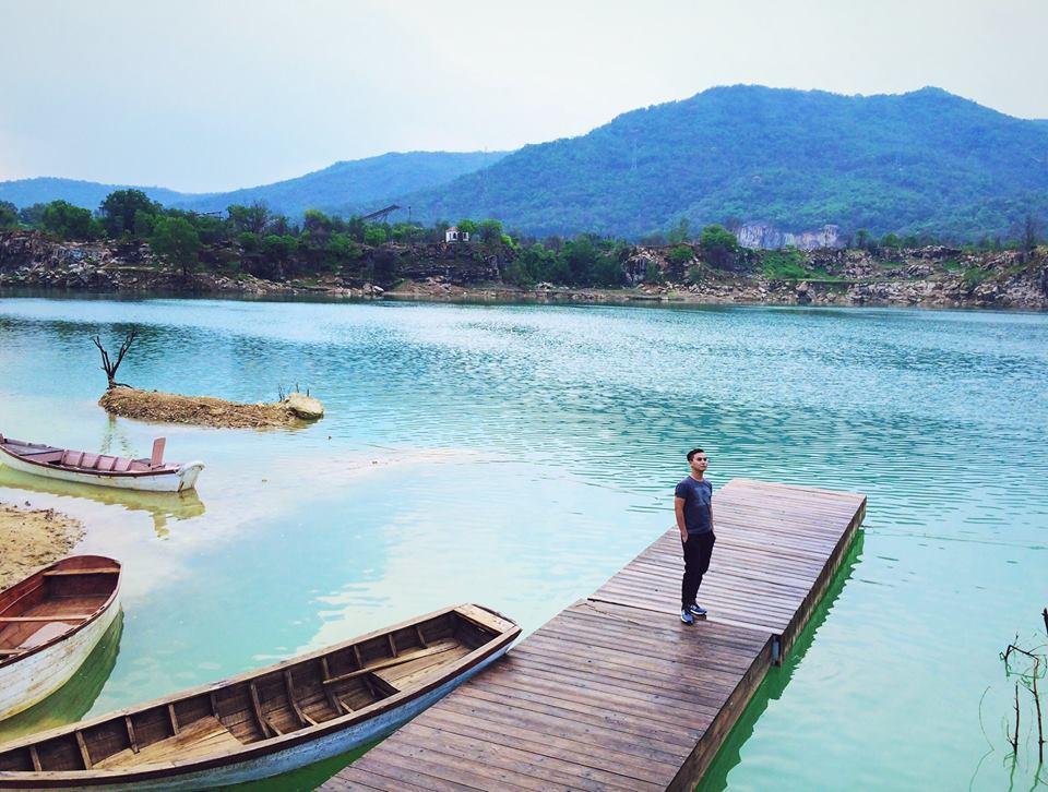 Hồ Đá Xanh có khung cảnh hoang sơ, hữu tình đẹp như tranh vẽ. Bạn có thể thả dáng bên chiếc cầu gỗ dài hay chiếc xích đu, đàn cừu… để có một bức ảnh check-in tuyệt đẹp.
