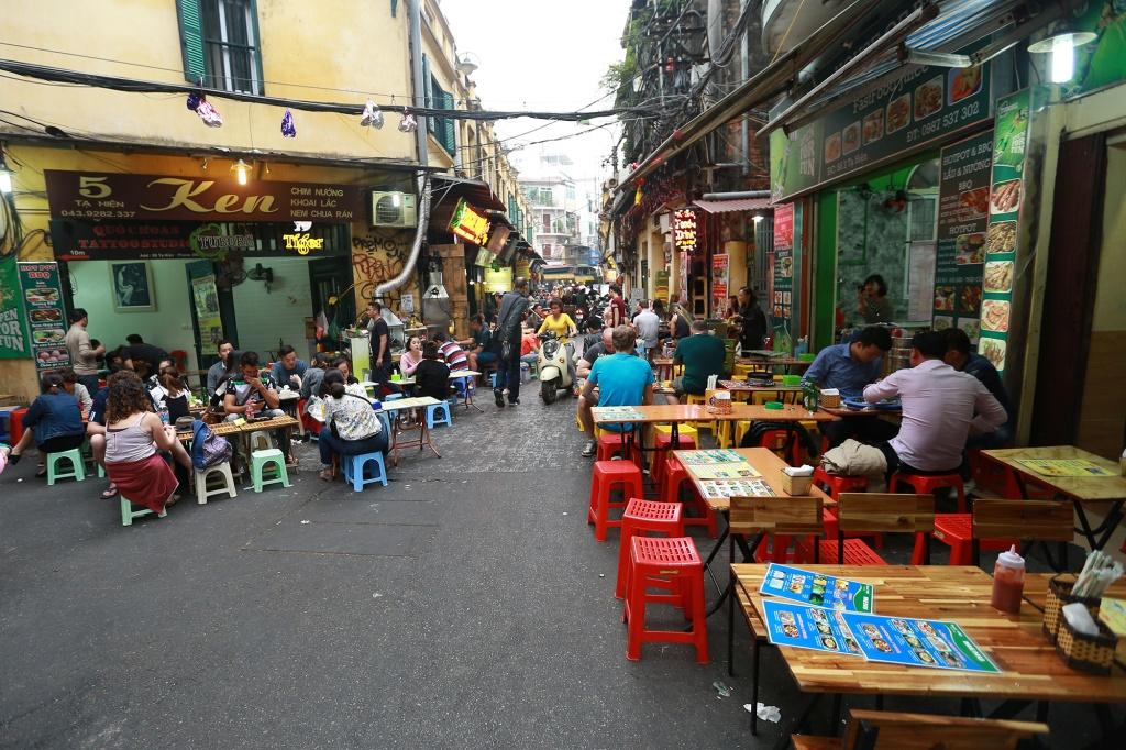 Quán ăn đường phố tại Hà Nội