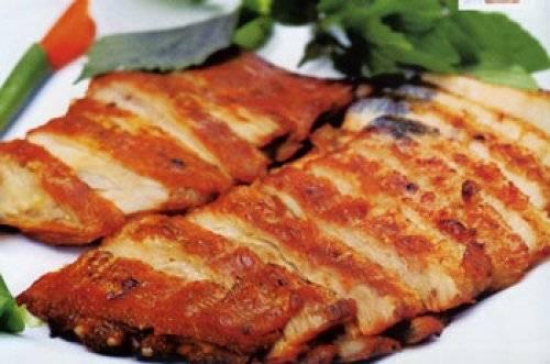 """Thịt lợn cắp nách Sapa cũng là món ngon không nên bỏ qua. Những miếng thịt non mềm, thơm và ngọt, không ngấy; phần bì vàng óng, giòn tan được tẩm ướp gia vị kỹ càng, đậm đà và nhấm nháp cùng với chút rượu sẽ làm bạn """"phải lòng"""" món ăn này ngay từ miếng đầu tiên."""
