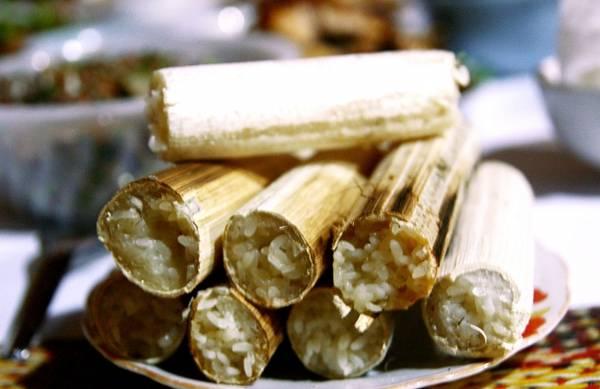 Cơm lam là món ăn đặc trưng của đồng bào dân tộc thiểu số vùng Tây Bắc nước ta, nguyên liệu chính là gạo nếp được nướng trong ống tre. Khi nướng chín, chỉ cần chẻ bỏ phần vỏ tre cháy bên ngoài, chừa lại một lớp lạt tre mỏng vừa tay người bóc khi ăn cơm. Cơm lam phổ biến và được yêu thích bởi vị ngon ấn tượng của gạo nếp, nước suối và hương thơm nhẹ nhàng của tre.