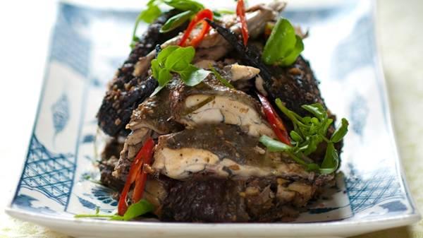 Gà ác là loại gà đặc biệt của người Mông có da, thịt và xương màu đen. Thịt gà đen chắc, thơm ngon, da giòn mang lại cho người thưởng thức cảm giác rất thú vị. Bất kì du khách nào đến đây mà chưa ăn món này thì chuyến đi Sapa của họ chắc chắn sẽ không thể gọi là hoàn hảo được.