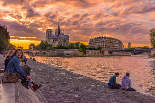 Dòng sông Seine sẽ níu bạn ngồi lại trong giây lát dù đang trên đường tới bất cứ nơi đâu.