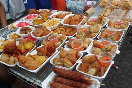 Các món ăn vặt ở Sài Gòn thu hút không chỉ người dân địa phương mà cả du khách nước ngoài.