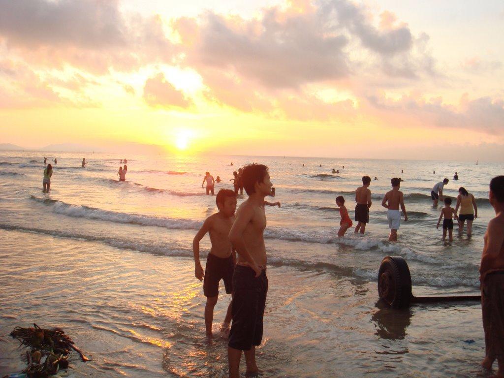 Nên đi tắm biển vào sáng sớm hoặc chiều muộn để hạn chế đen da