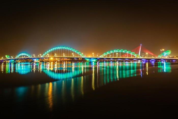 Cầu rồng rực rỡ phun lửa, phun nước trên sông Hàn