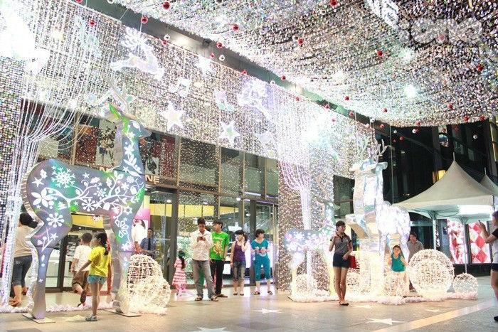 Giáng Sinh về khiến cả Sài Gòn chìm trong những sắc màu ma mị - Ảnh: Sưu tầm