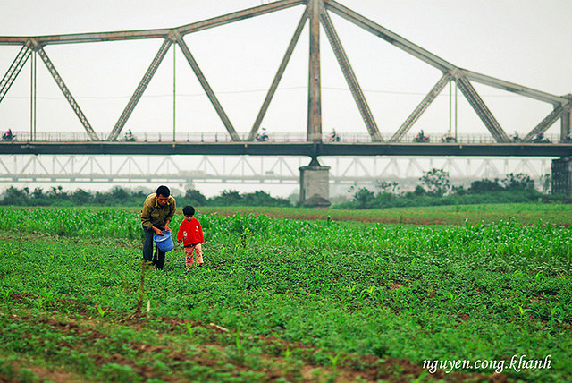 Dưới chân cầu Long Biên