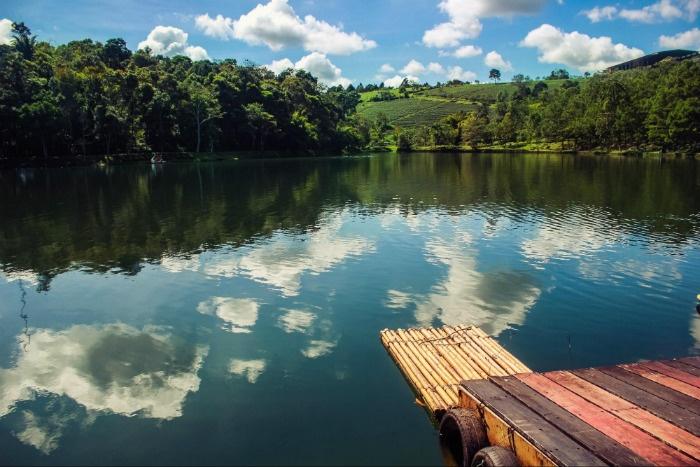 Mặt hồ Đambri ngày nắng lên - Ảnh: Eric
