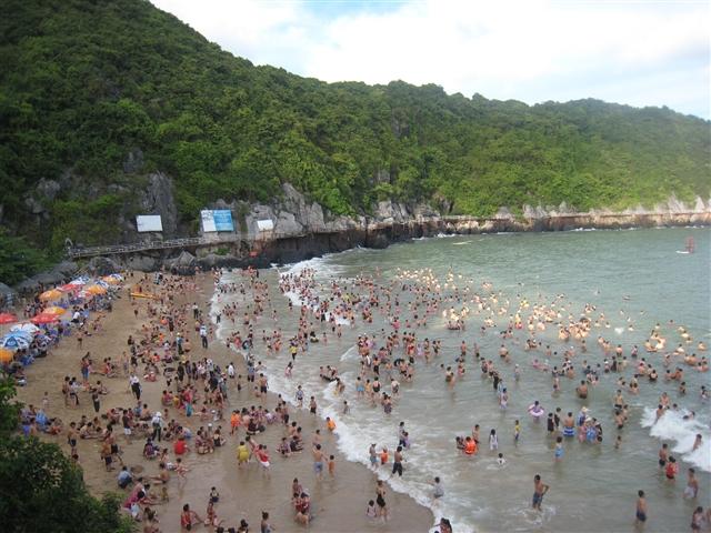Bãi tắm Cát Cò (Hải Phòng) tháng 6 luôn đông đúc