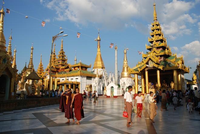 Mọi người đều phải đi chân trần khi vào trong khu vực đền chùa. Ảnh: Airpano.