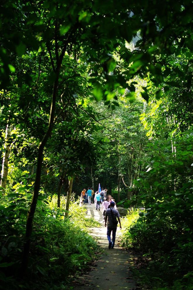 Trên hành trình đến với Tây Bắc, du khách có thể chọn tuyến đi qua Phú Thọ, ghé thăm vườn quốc gia Xuân Sơn. Trước khi thử thách mình trên những cung đường nguy hiểm mà đẹp hùng vỹ, bạn có thể tham quan bản làng, trải nghiệm đời sống văn hóa của người Dao, Mường... tại đây. Ngoài ra, người ưa mạo hiểm có thể trekking lên các đỉnh núi Ten, Cẩn và Voi đều cao hơn 1.000 m và khám phá những hang động, thác, hay suối ở vườn quốc gia.
